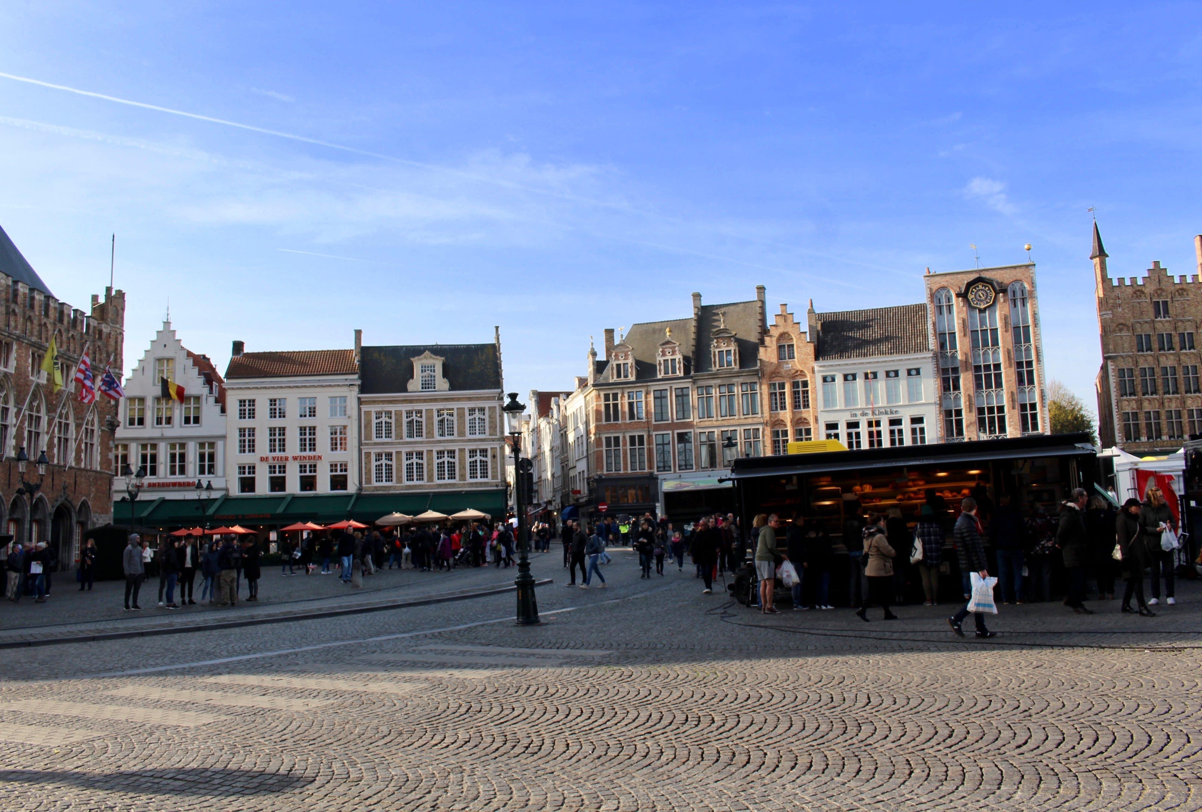 visiter bruges en une journee : la place du markt