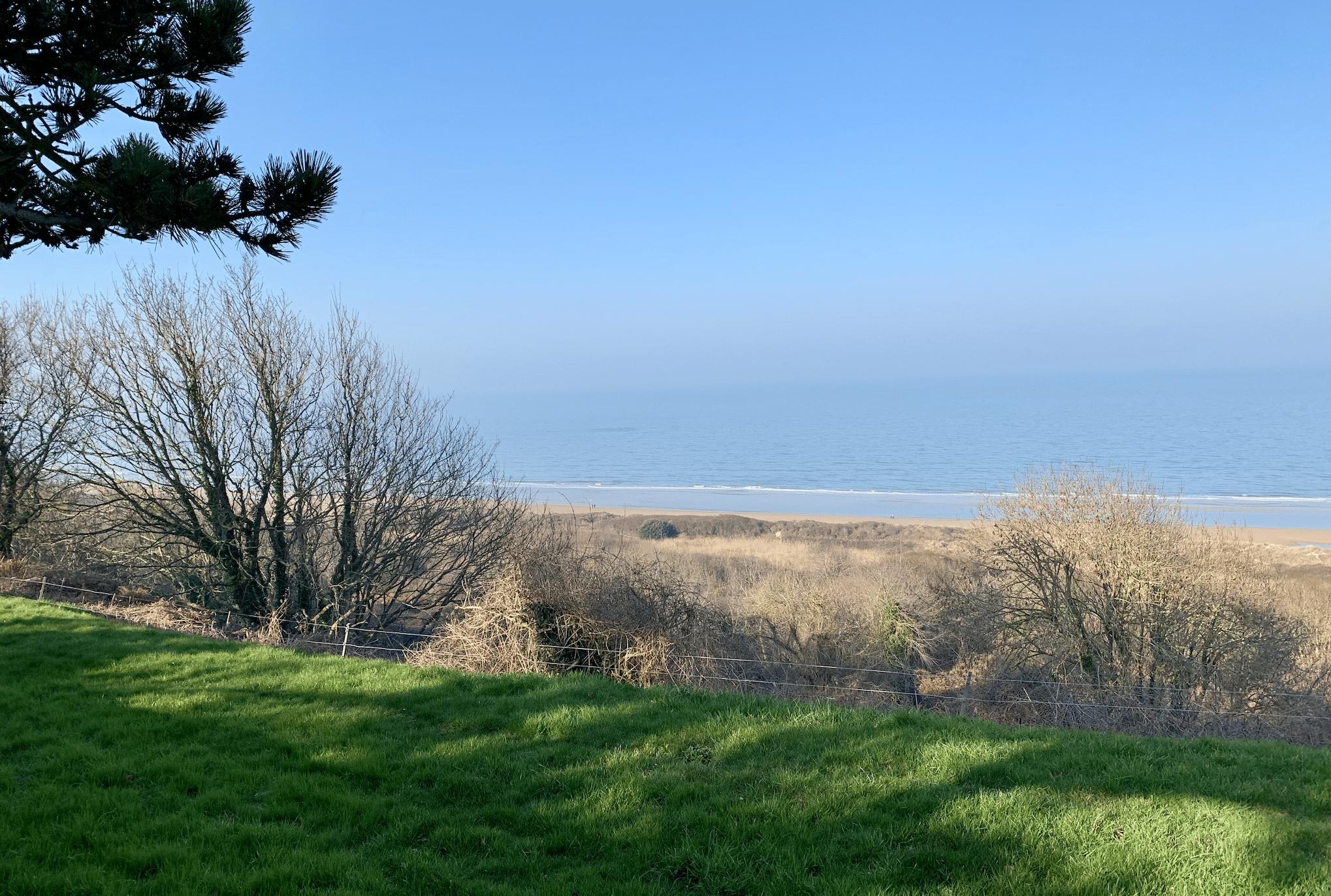 vue sur la plage d'omaha beach depuis le cimetiere americain de normandie