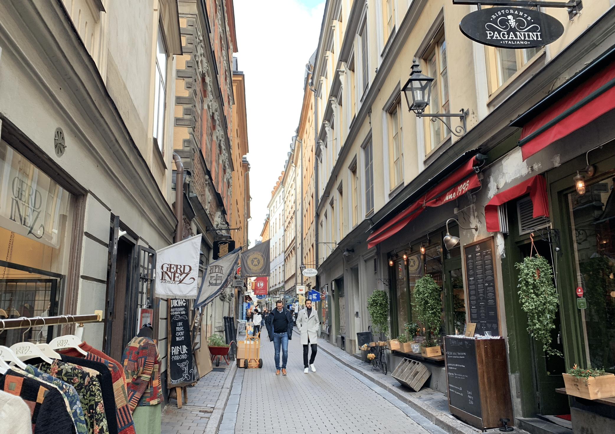 une rue animee dans le centre ville de stockholm