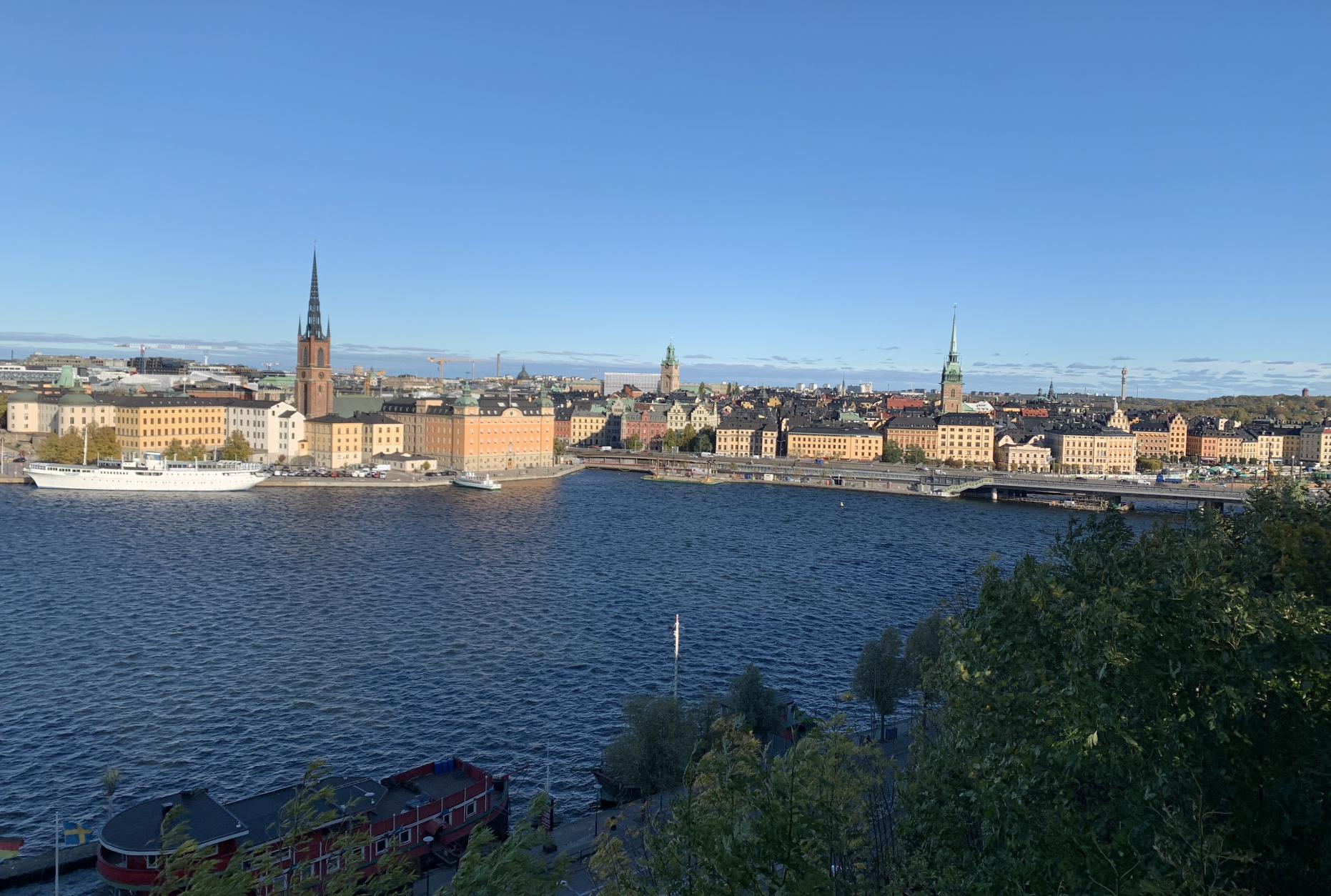 vue sur riddarholmen et gamla stan depuis le sentier monteliusvagen