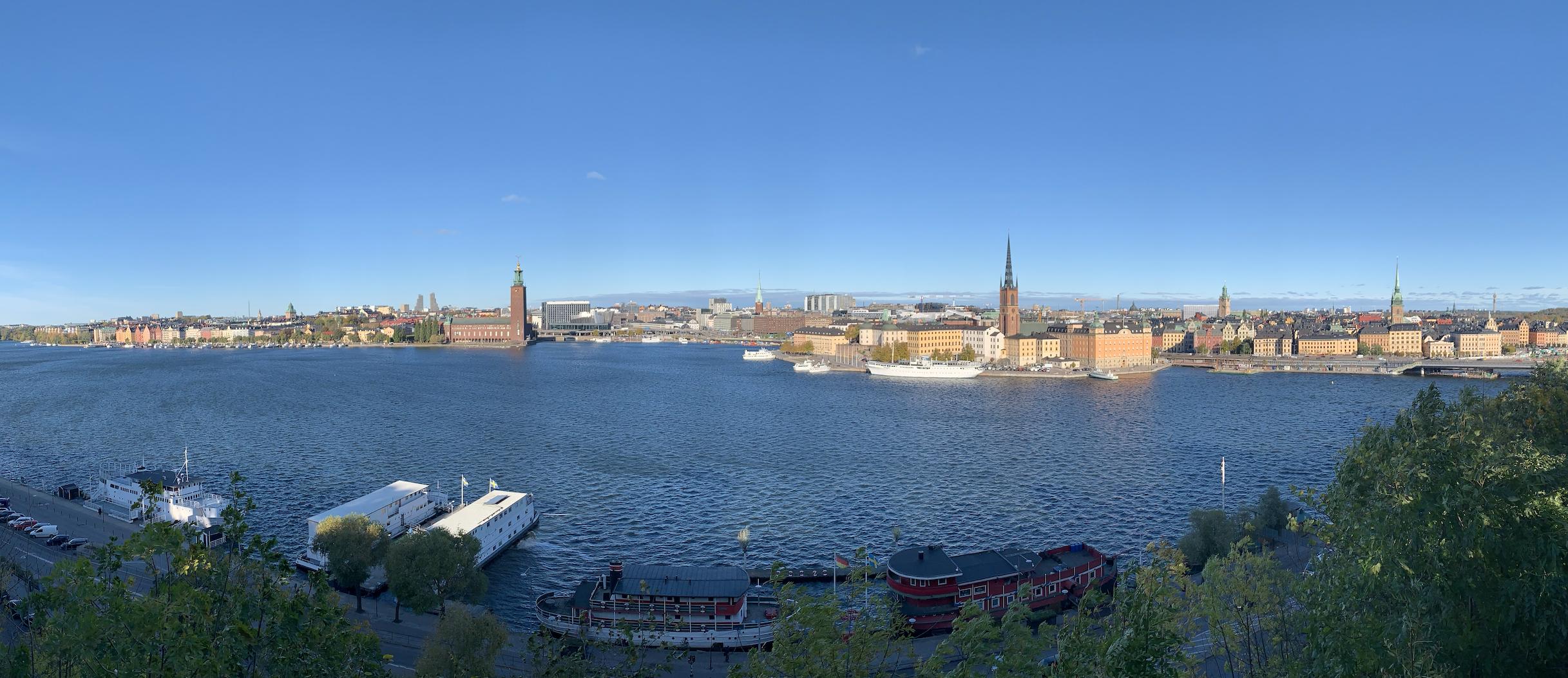 vue sur le centre ville de stockholm depuis le sentier monteliusvagen