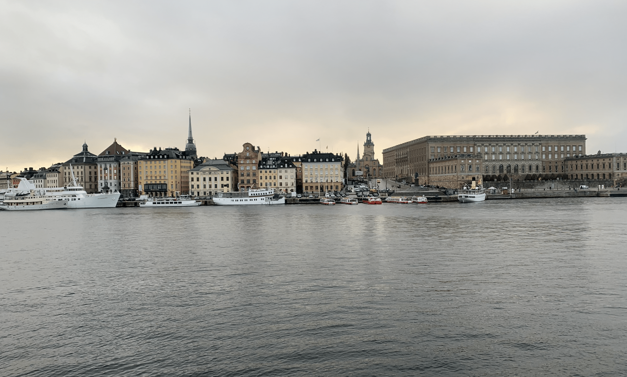 vue sur stockholm depuis la passerelle skeppsholmsbron