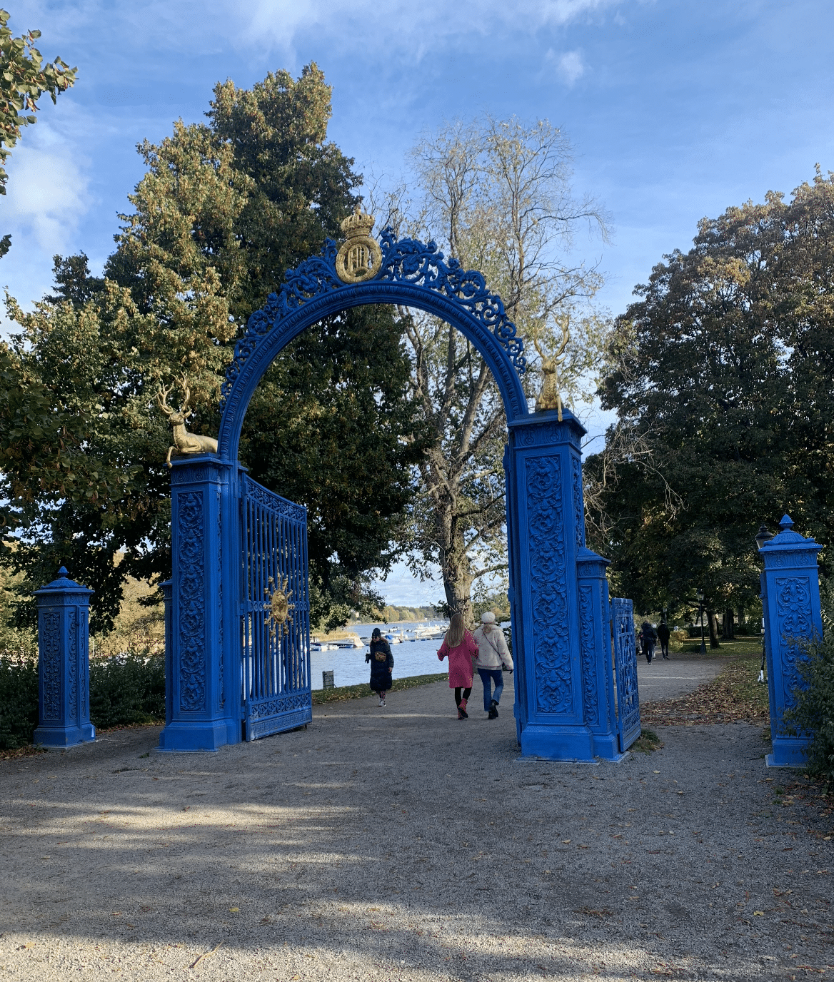 la porte en fer forge bleu vif de djurgarden