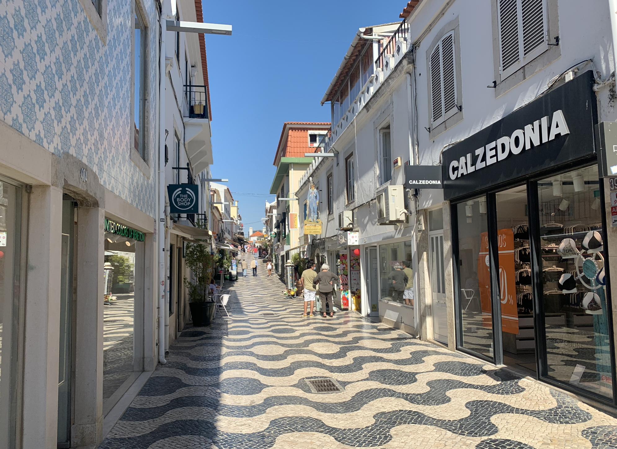 petite rue dans cascais au portugal