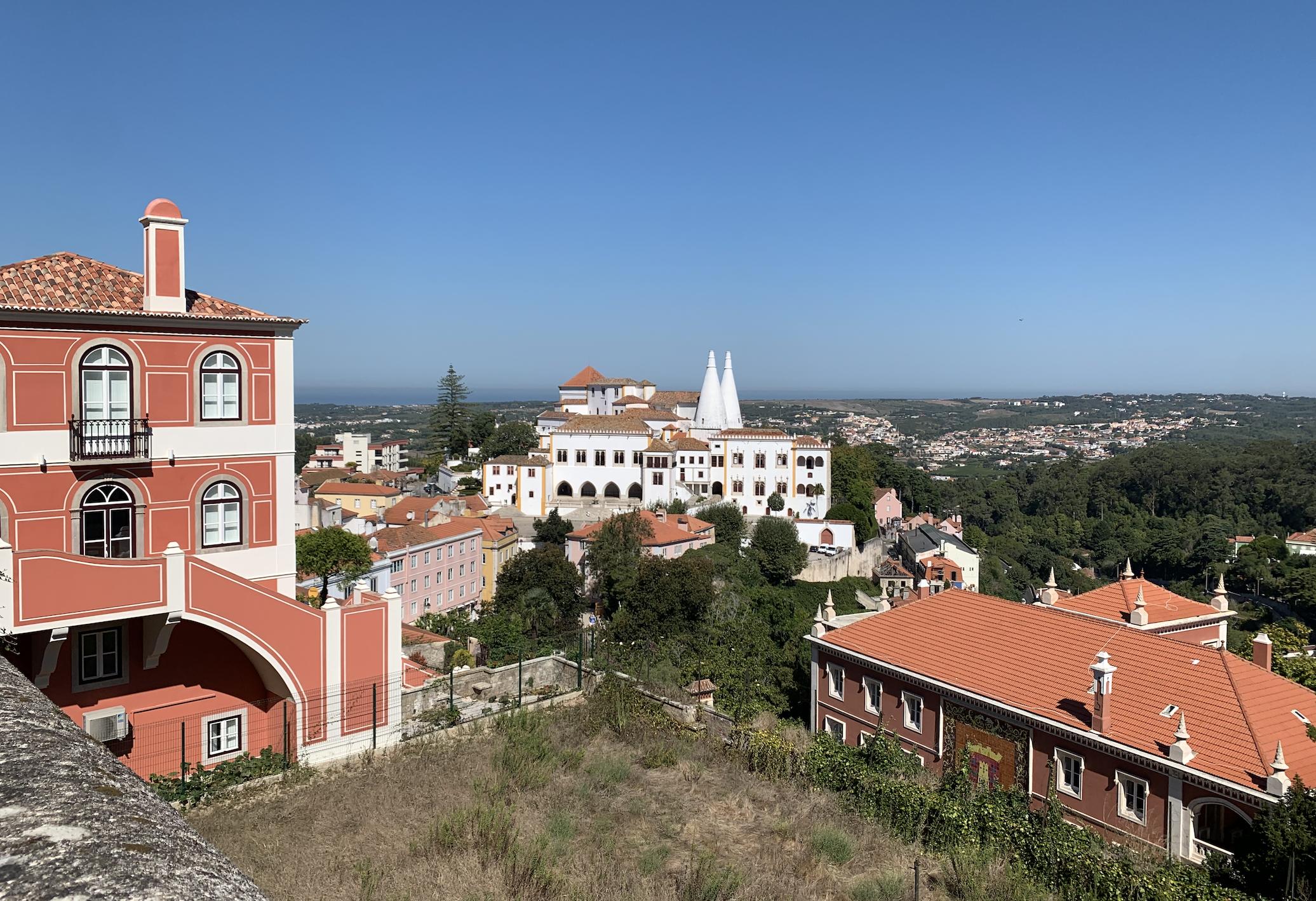 vue lointaine sur la palais national de sintra