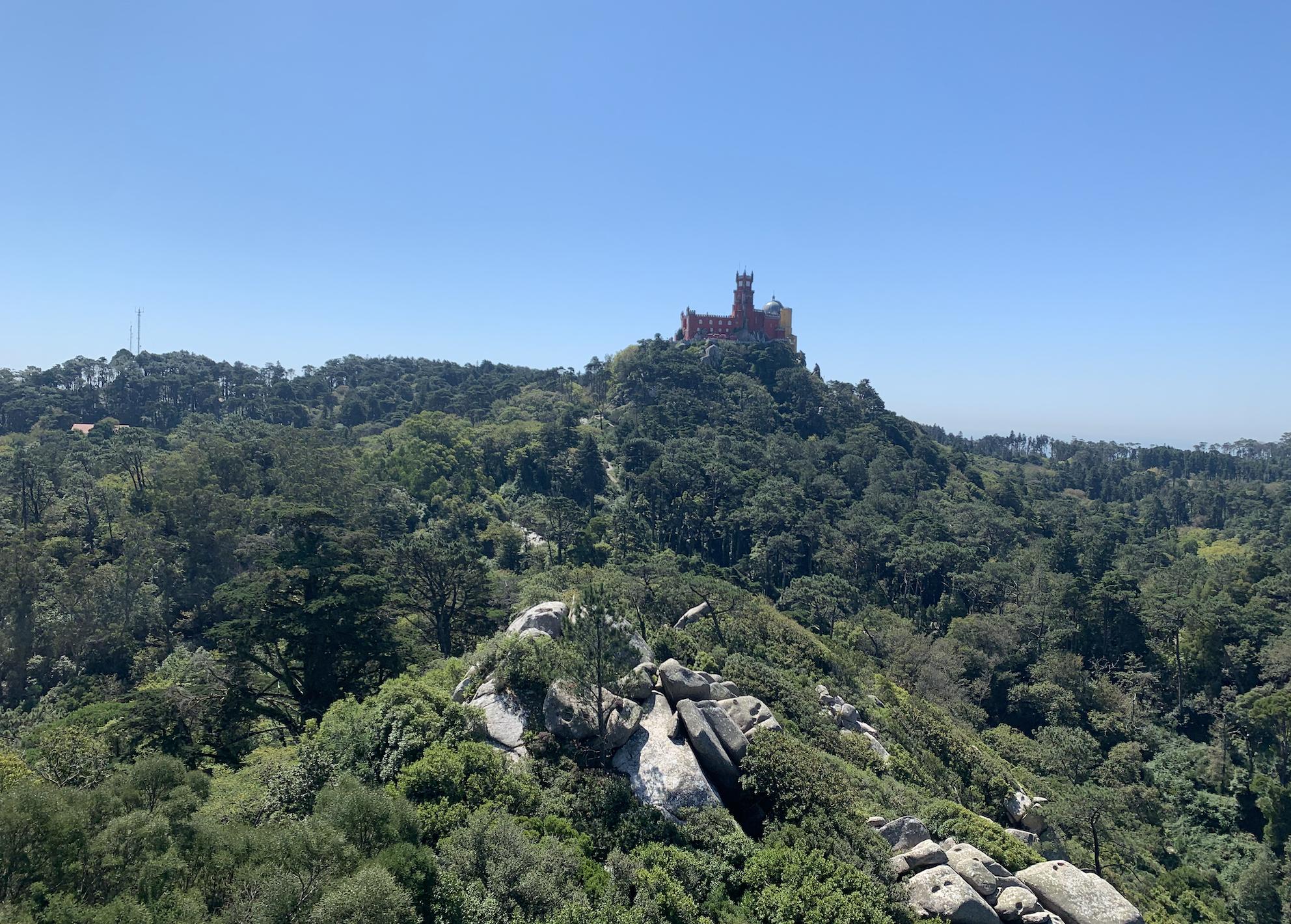 vue sur le palais national de pena depuis le chateau des maures