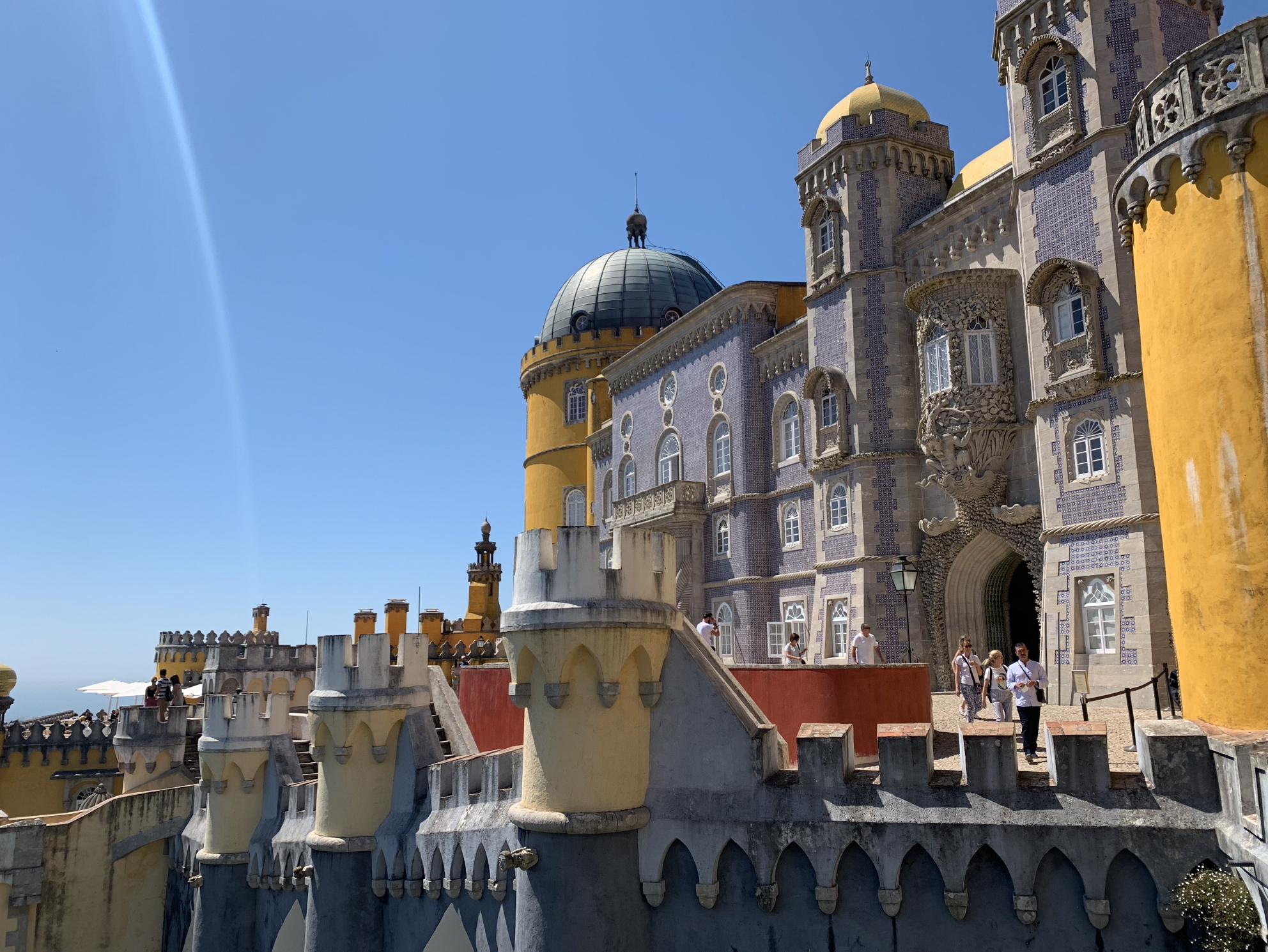 excursions depuis lisbonne : decouvrir le palais national de pena a sintra