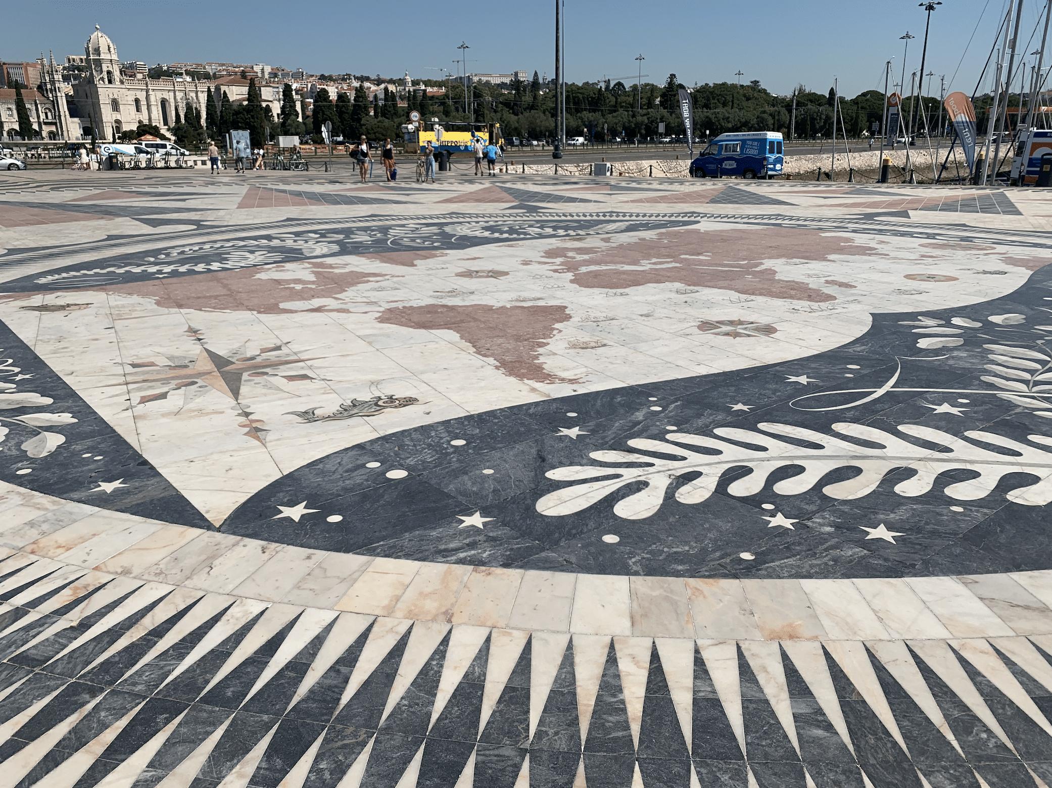 carte en mosaiques devant le monument aux decouvertes a belem