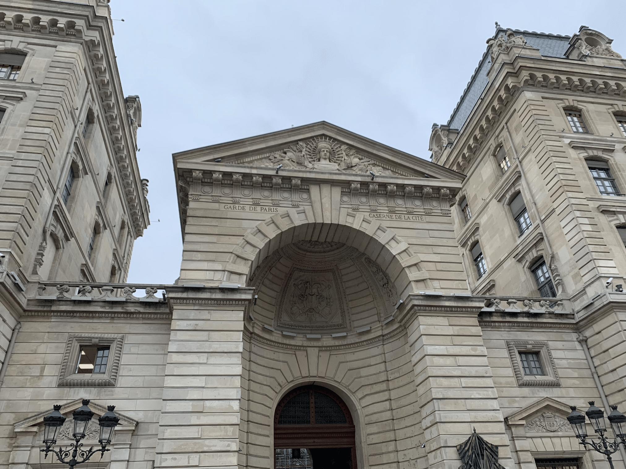 promenade sur l'île de la Cité : la caserne de la cite