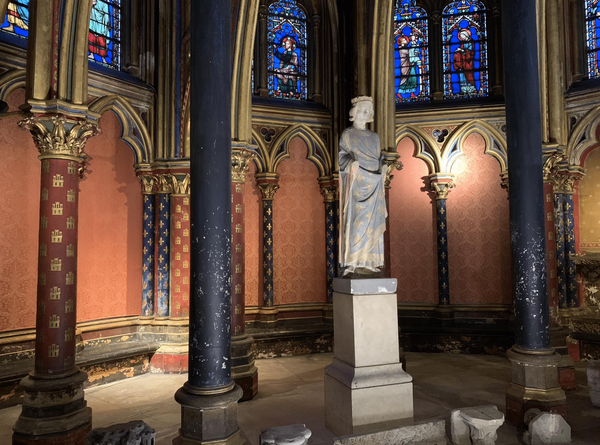 statue de louis ix dans la sainte chapelle